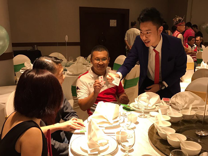 Table Hopping for an event at Holiday Inn Singapore Atrium with roving magic.